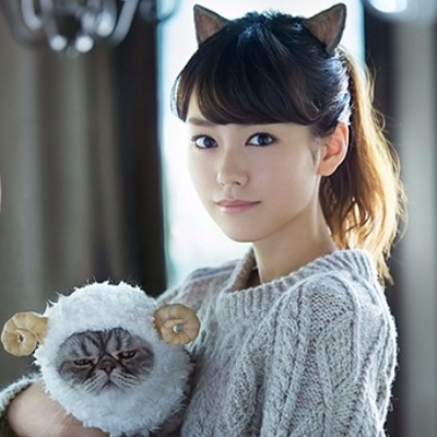 猫耳をつけて羊の格好をして猫を抱っこする桐谷美玲